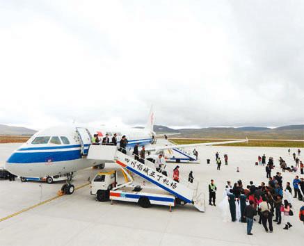 首架来自成都的航班平稳降落在稻城亚丁机场